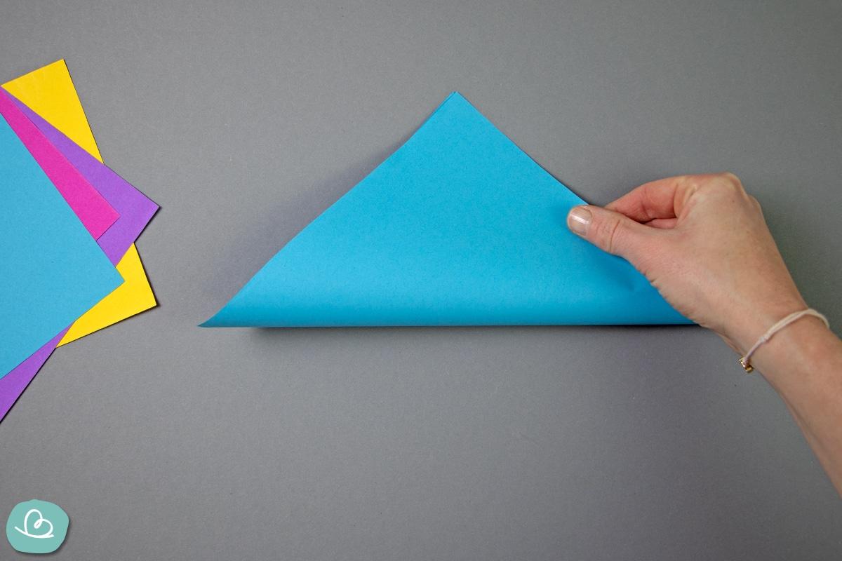 Origamipapier in der Mitte falten.