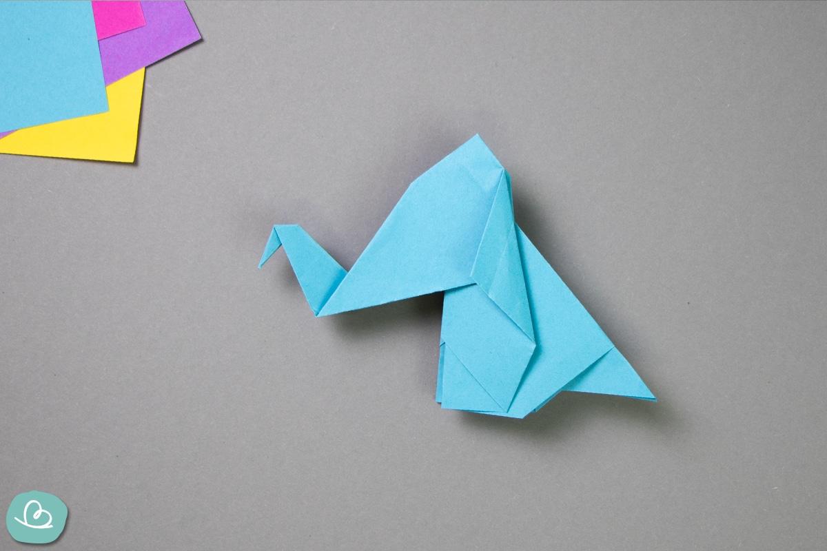 Blauer Elefant aus Papier gefaltet.