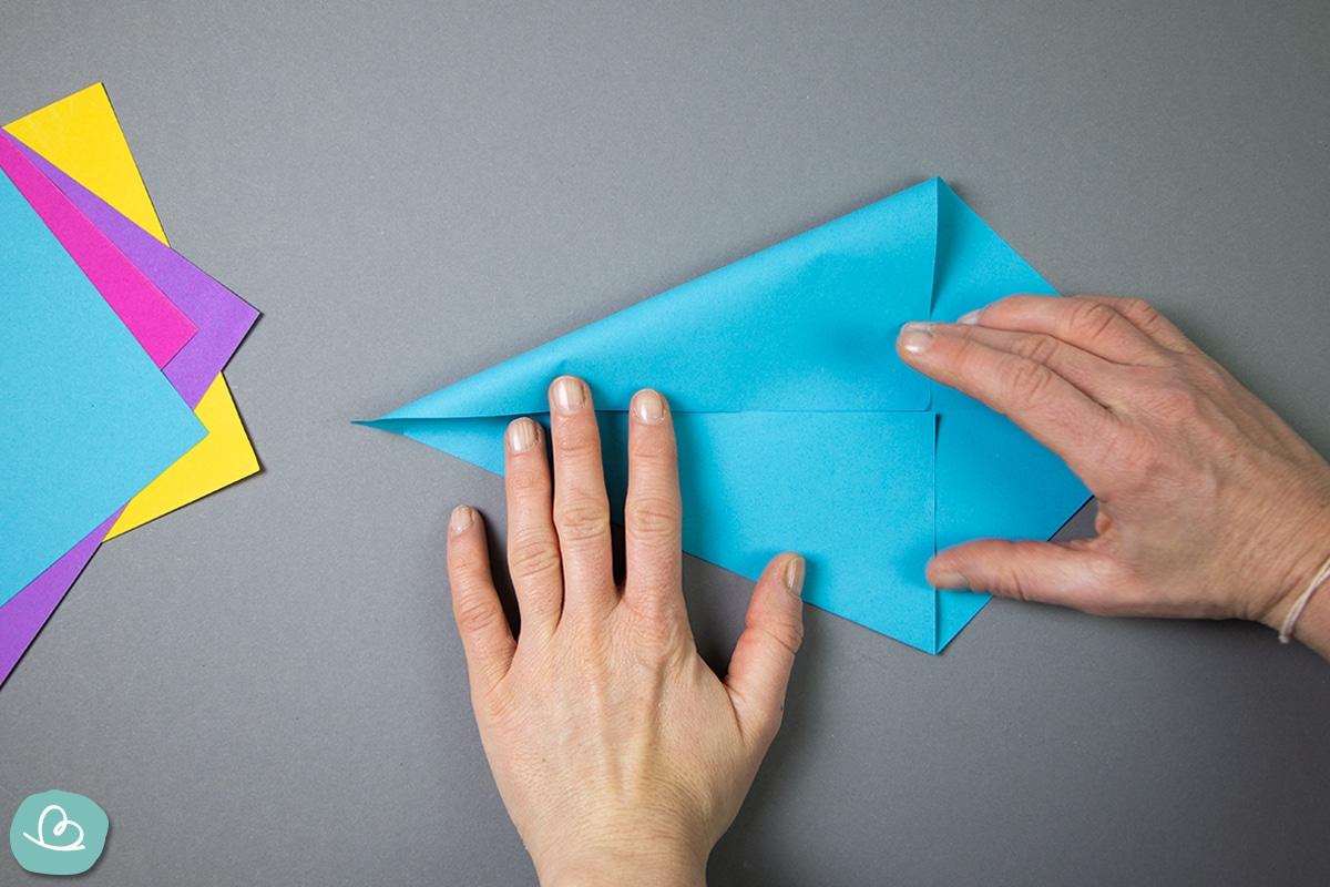 Papierspitzen mit zwei Händen falten.