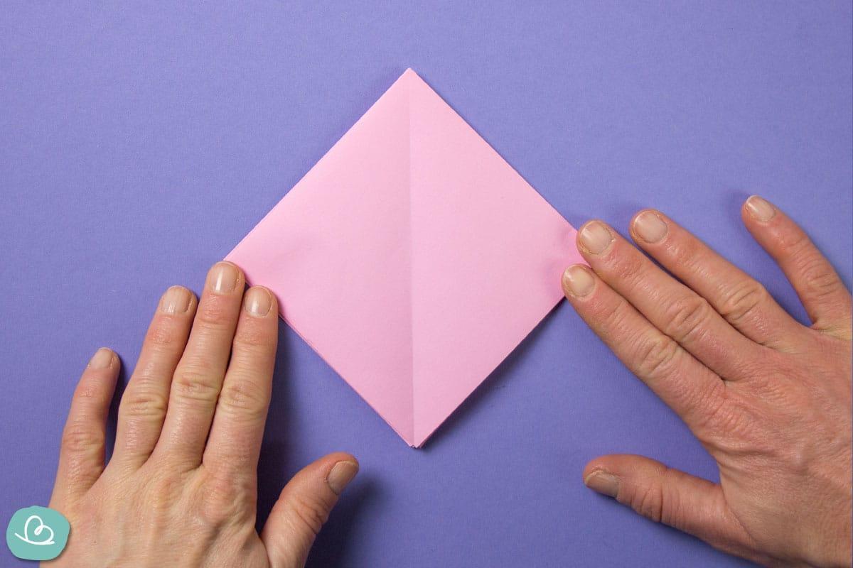 Quadratisches Papier in der Mitte gefaltet.