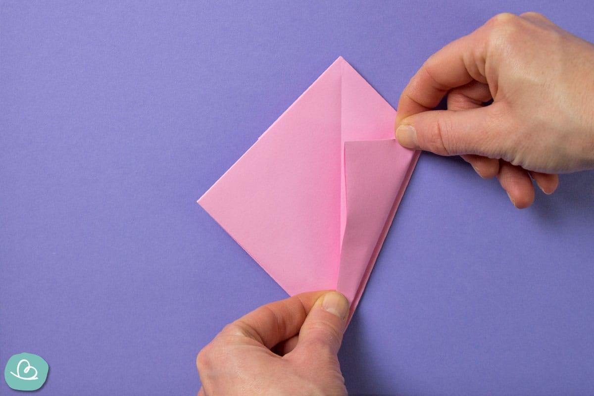 Rechte Papierecke zur Mitte falten.