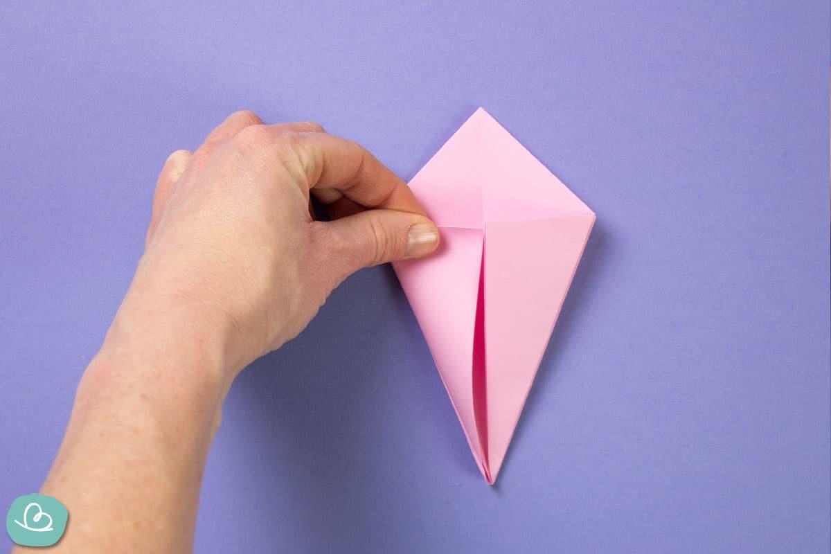 Linke Papierecke zur Mitte falten.