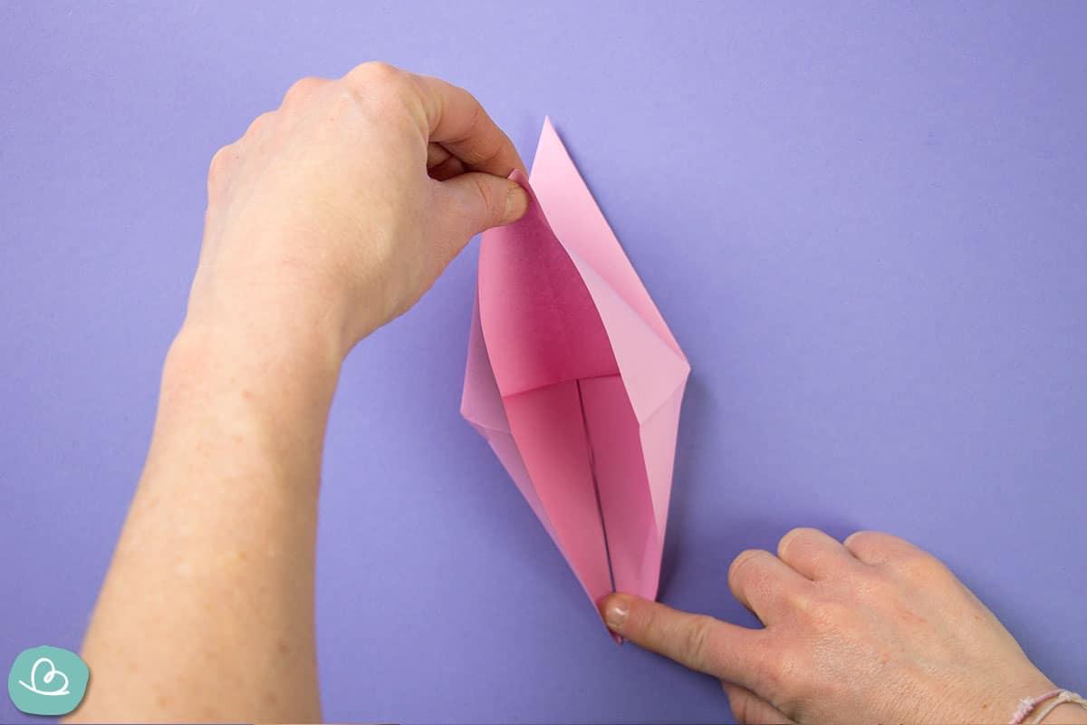 Papierkanten auseinander ziehen.