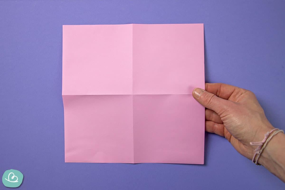 Papier mit Talfalte gefaltet.