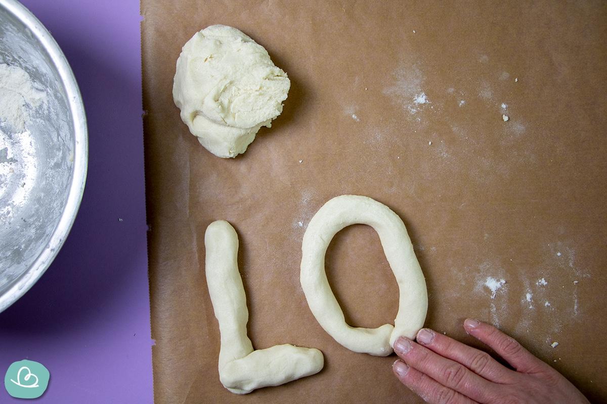 Buchstaben aus Salzteig basteln.