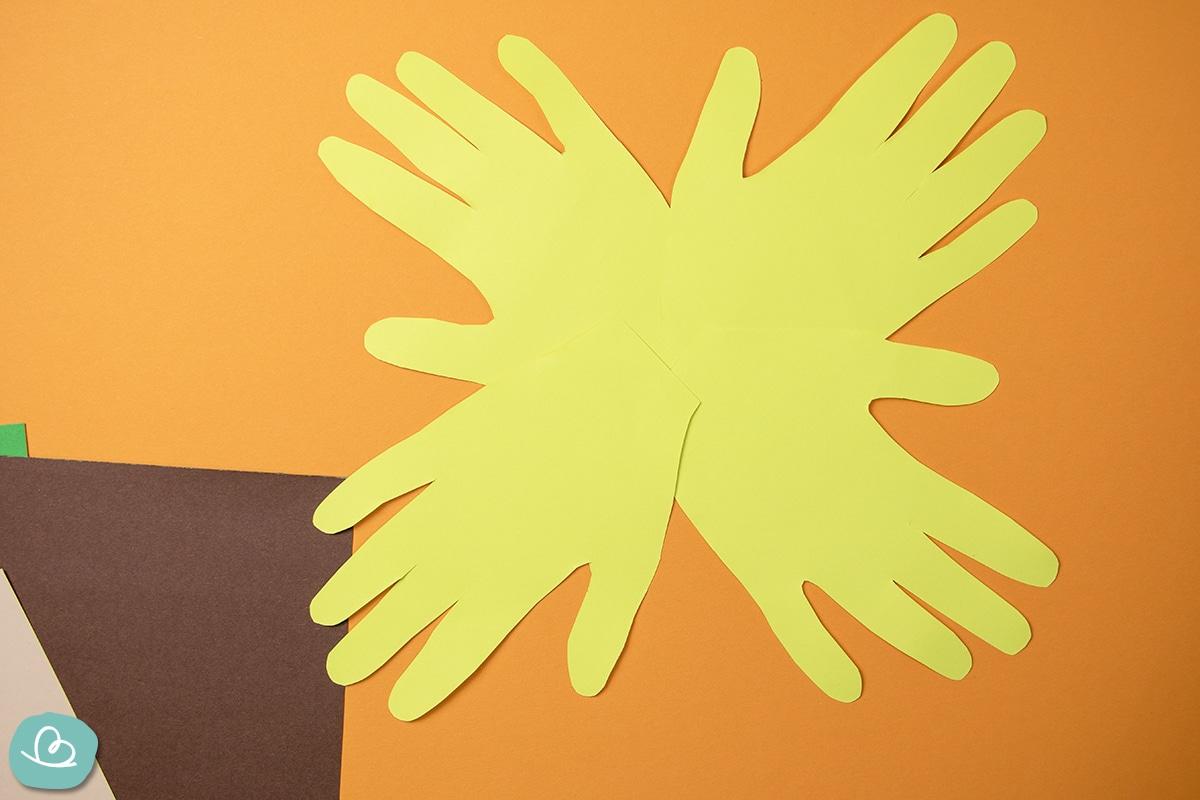 Handabdrücke aus gelben Papier.