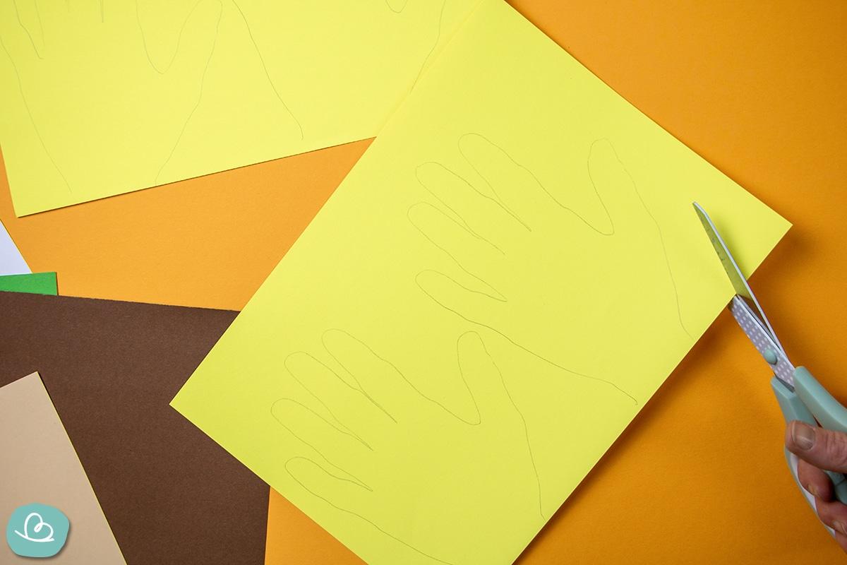 Handkonturen aus Papier ausschneiden.