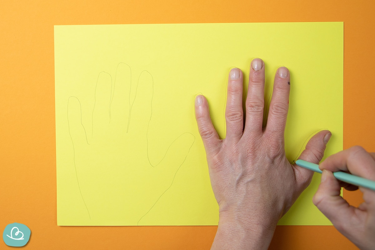 Eine Hand mit einem Bleistift nachzeichnen.