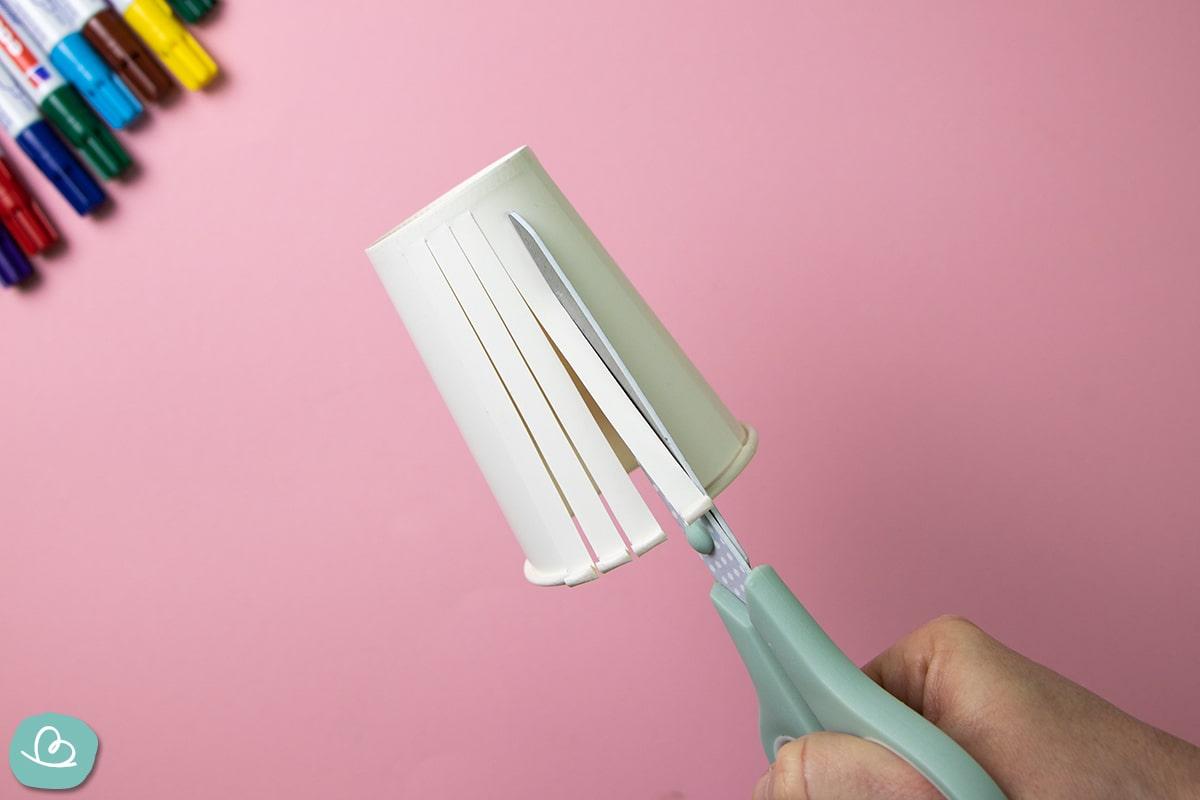Pappbecher mit einer Schere einschneiden
