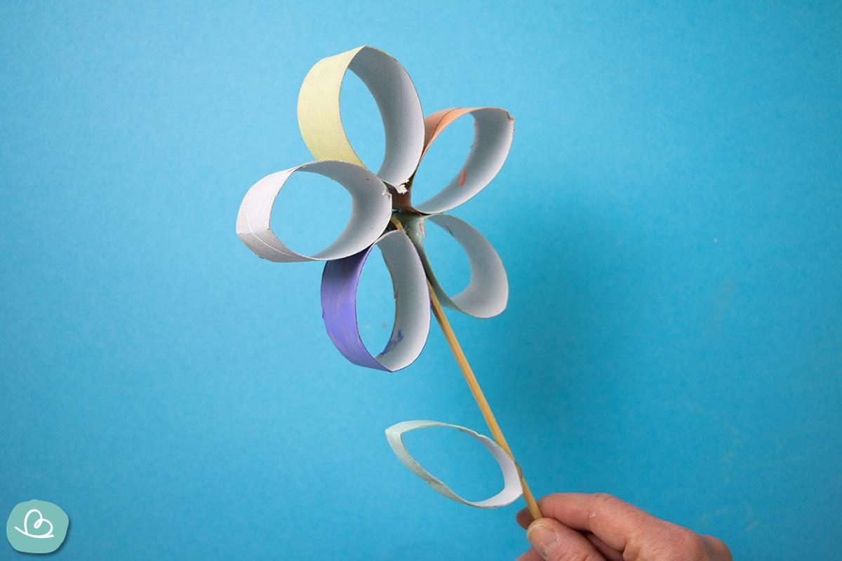 Blume basteln aus einer Papprolle.