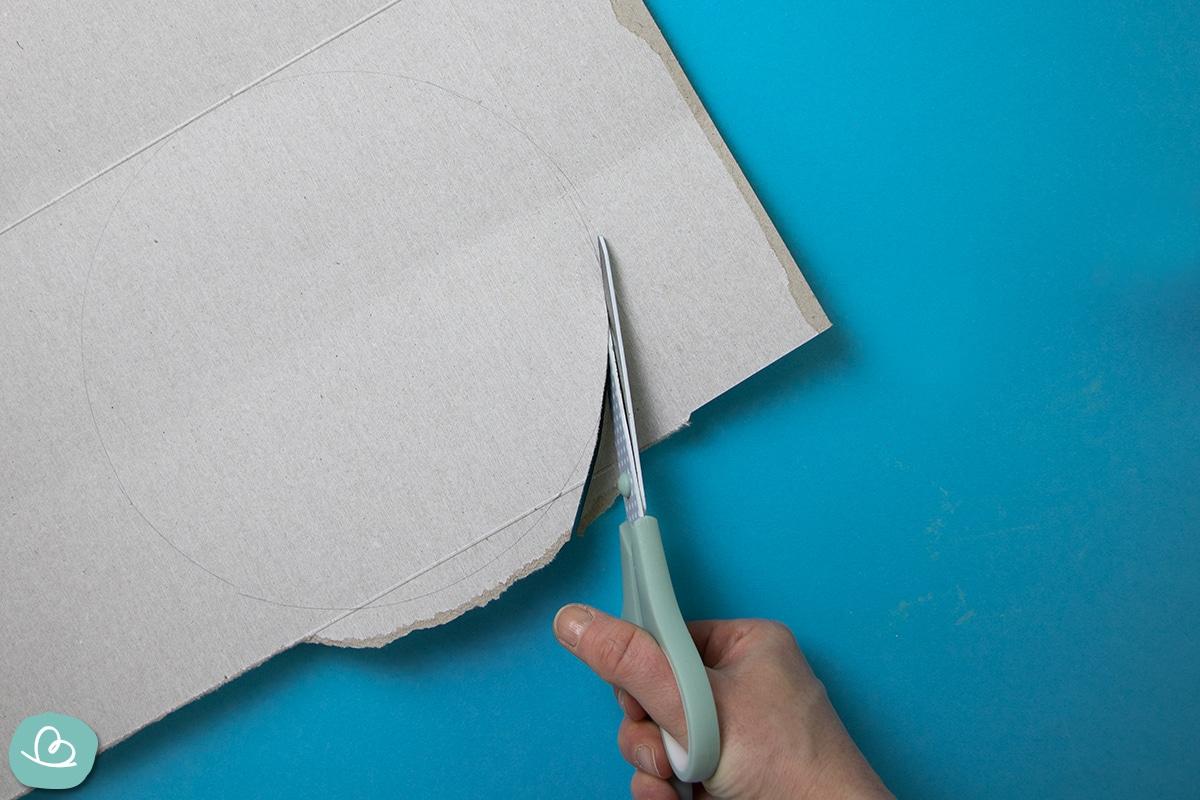 Kreis aus Pappe auschneiden.