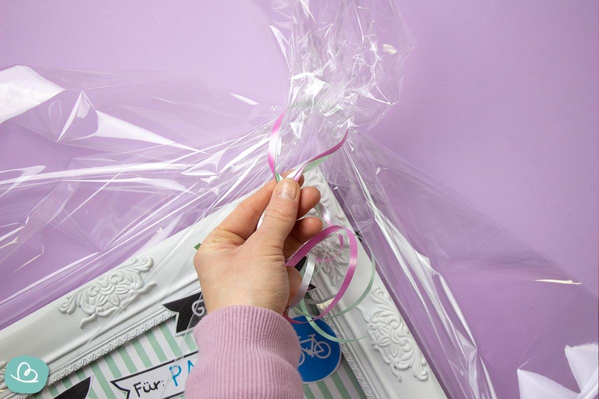 Mit Folie Geschenke verpacken.
