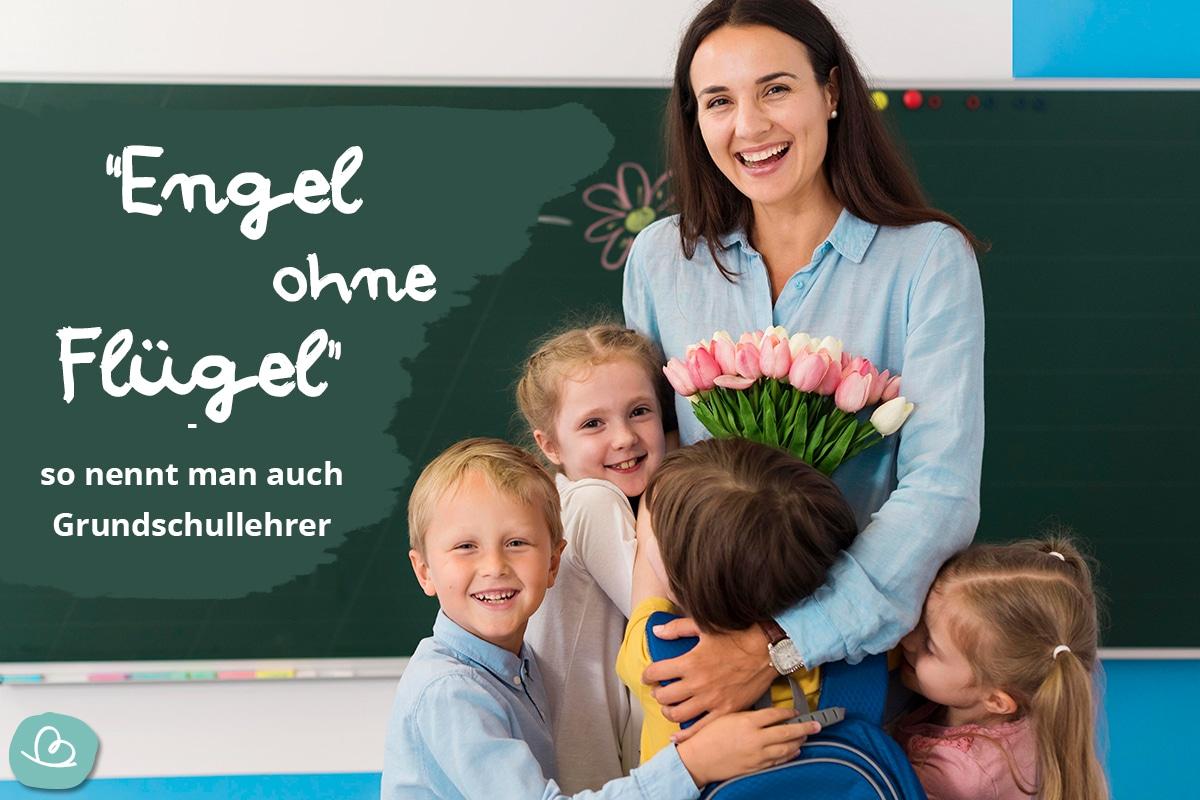 Grundschulkinder drücken ihre lachende Lehrerin. Sie hält einen Blumenstrauß in der Hand.