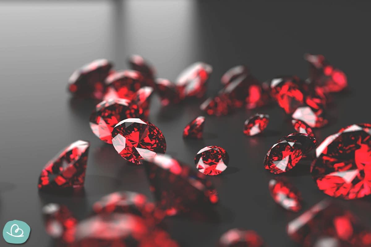 Rote Rubine auf einem grauen Tisch.