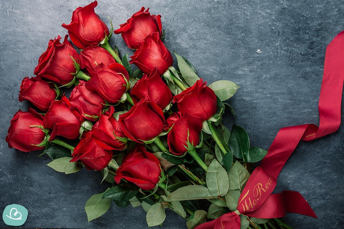 Strauß rote Rosen. Geschenk zur Rubinhochzeit.