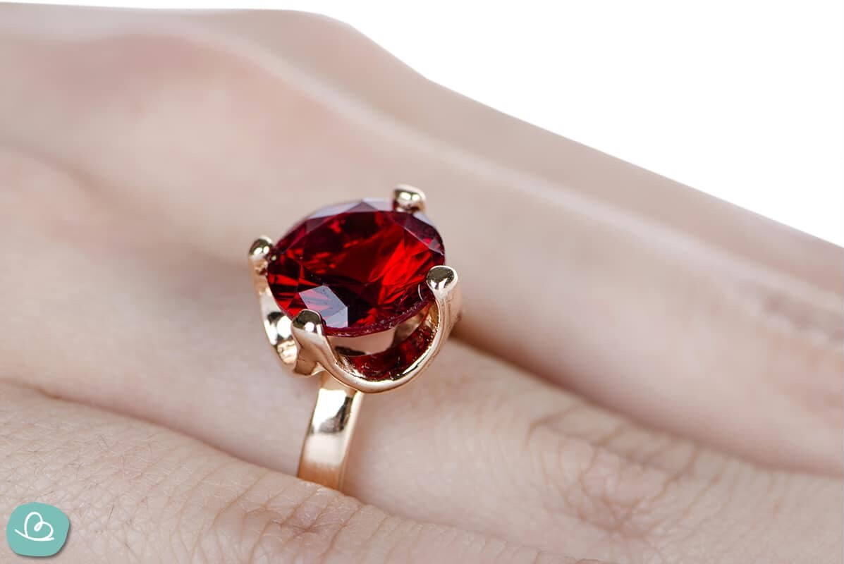 Geschenke zur Rubinhochzeit. Ein Ring mit einem roten Rubin.