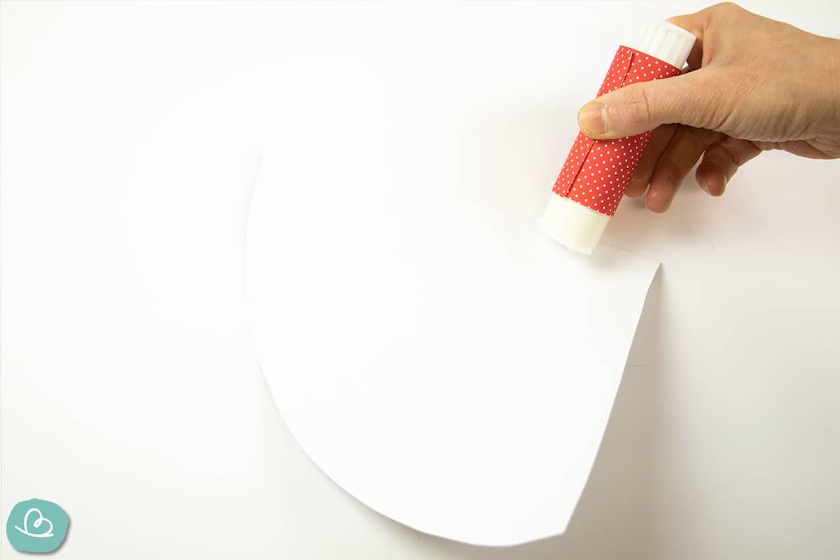 Zuckertütenrohling zusammen kleben.