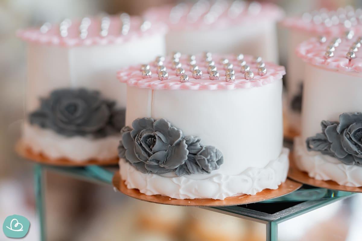 Hochzeitsorte mit silbernen Perlen dekoriert.