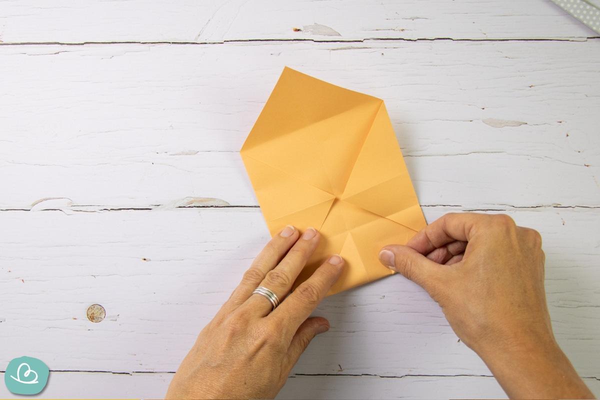 Papierspitze falten.