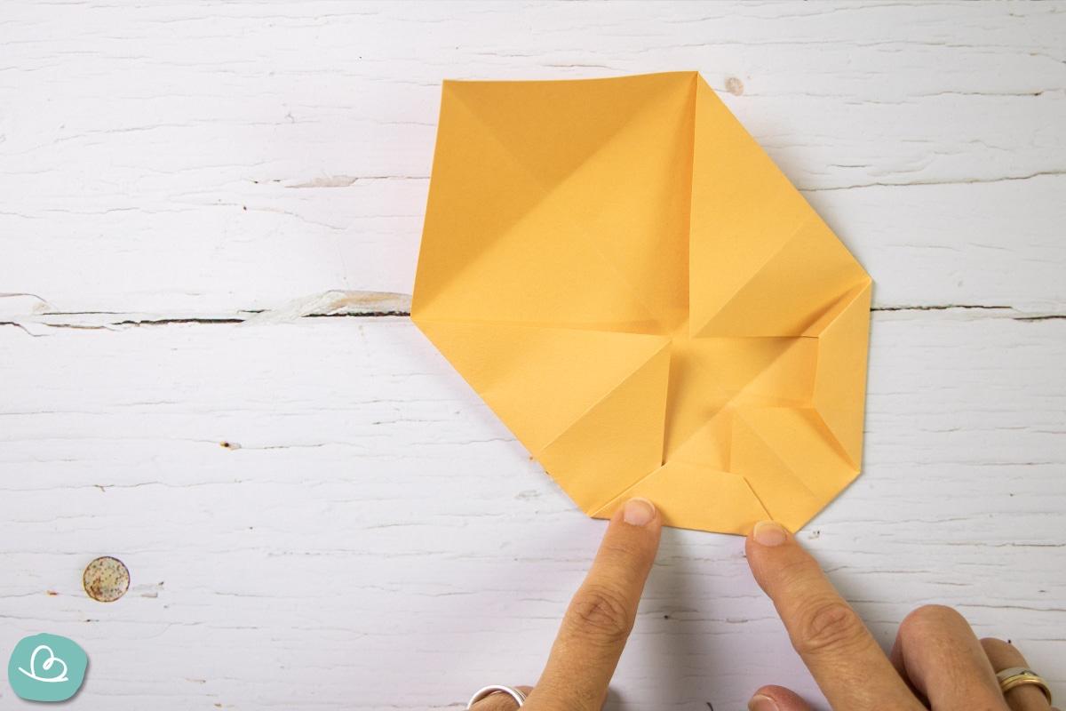 Papier knicken und falten.