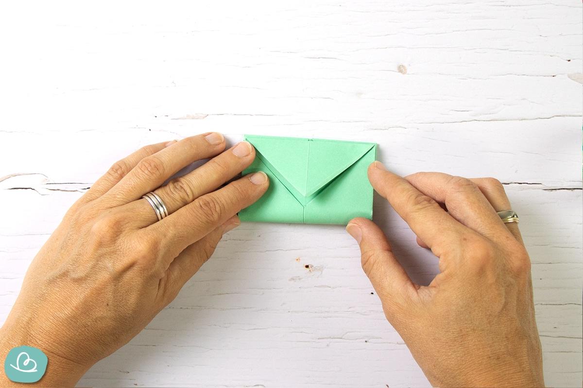 Briefumschlag aus DIN A5 falten.