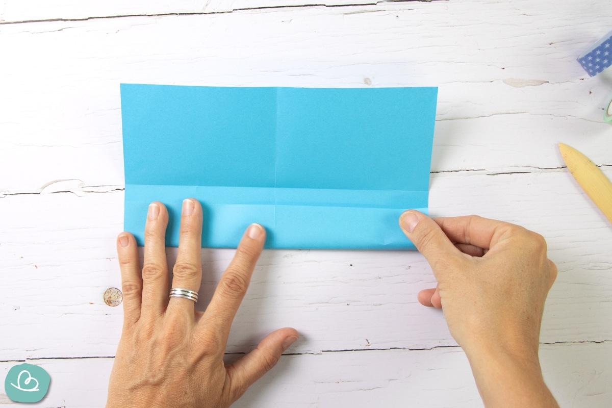 Papierseite mit den Händen falten.