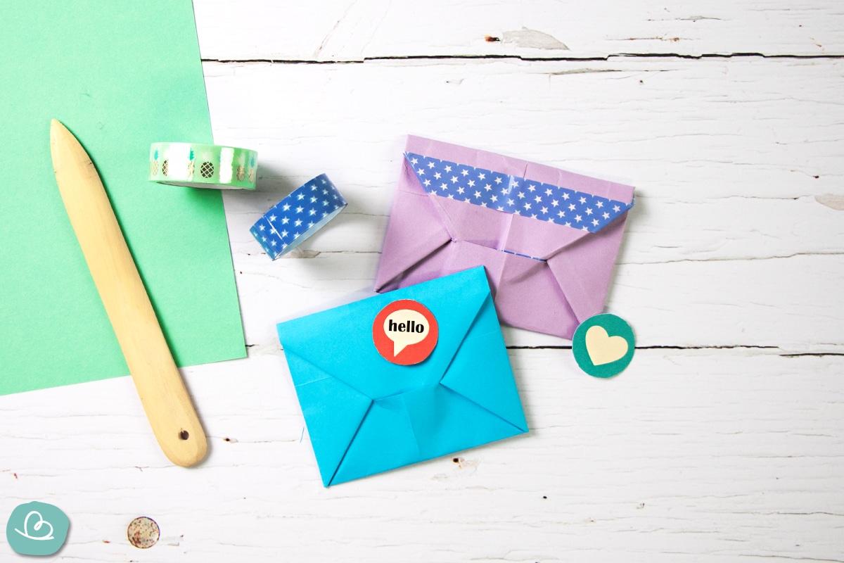 Gefaltete Briefhüllen aus bunten Papier.