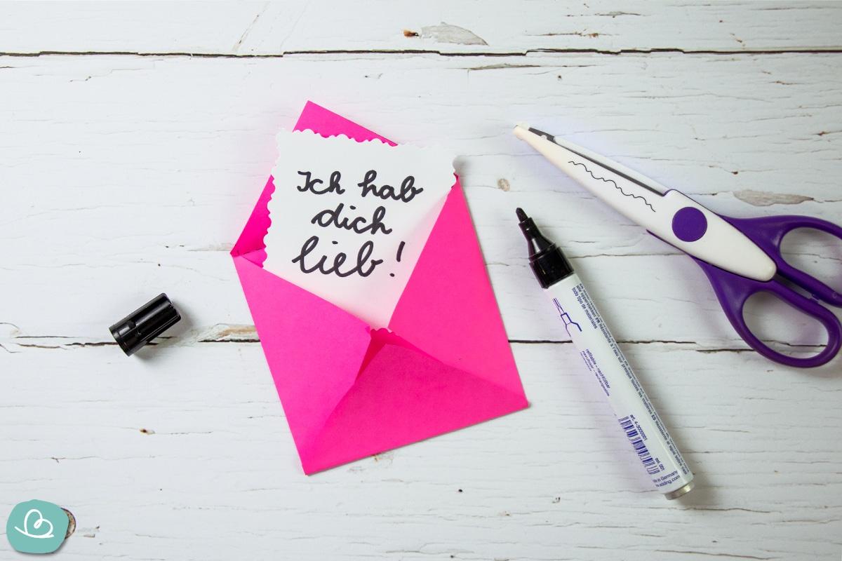 Handgeschriebener Zettel in einem gebastelten Briefumschlag.