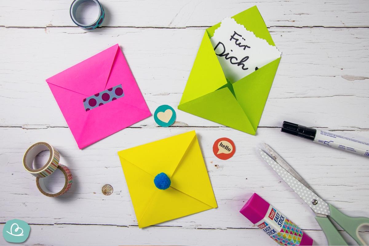 Bunte Briefhüllen aus Papier.