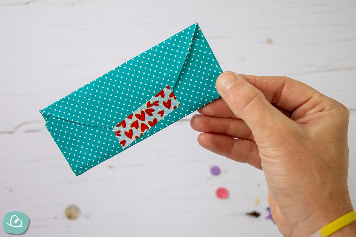 Kleiner gefalteter Briefumschlag.
