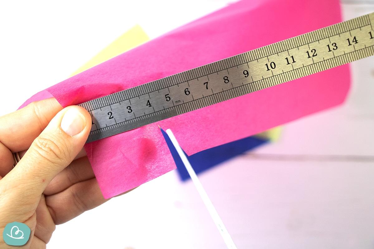 Papier einschneiden und abmessen.