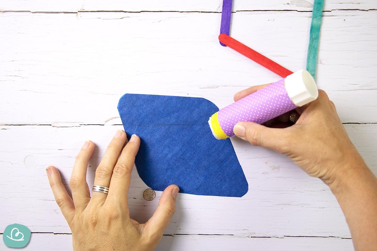 Papierkanten mit Leim bestreichen.