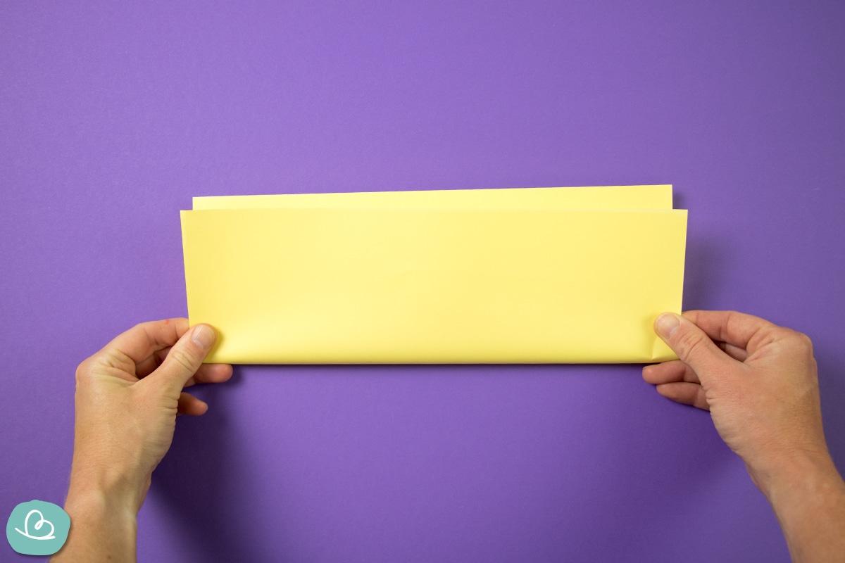 A4 Papier mittig falten.