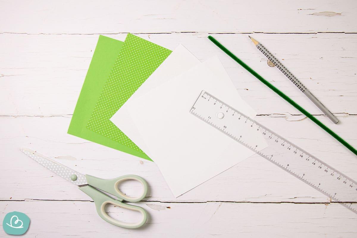 Bastelmaterial für ein Schneeglöckchen Origami