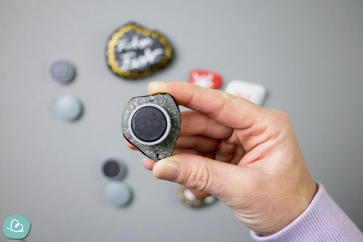 Magnet an der Rückseite eines Steins