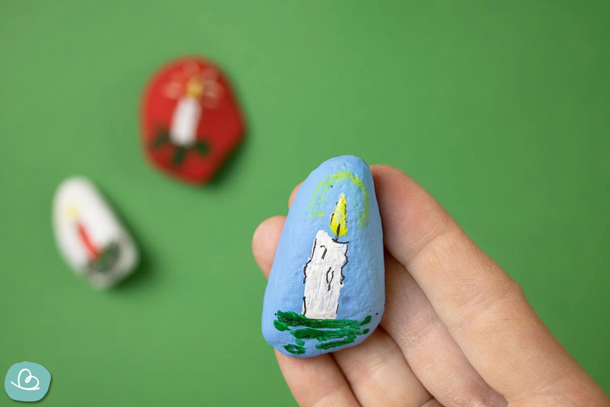 blauer Stein mit Kerze