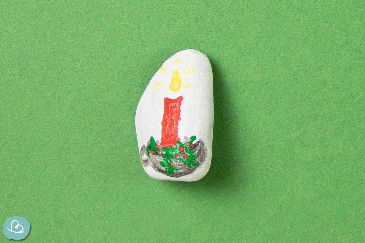 rote Kerze auf weißem Stein