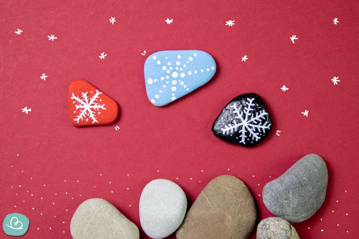 bemalte Steine-Schneeflocken