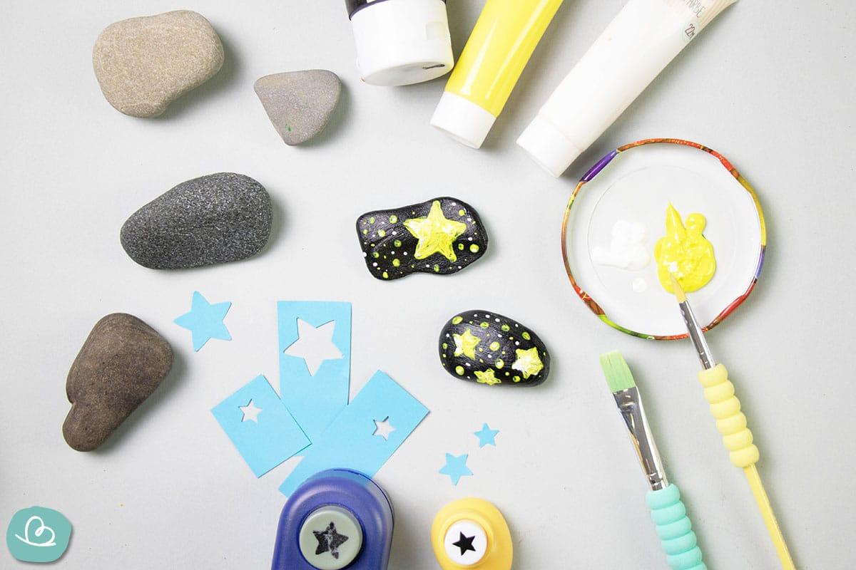 fertig bemalter Stein mit Sternen